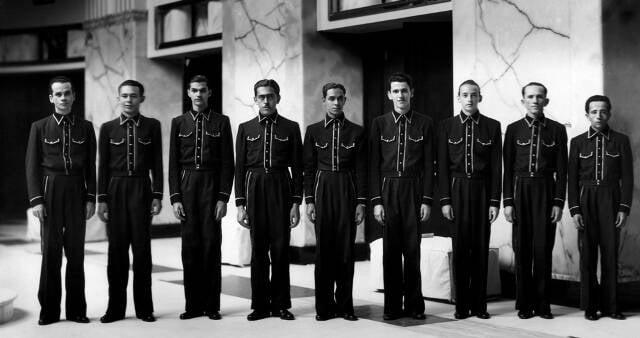O novo uniforme dos lanterninhas e foto de antigos funcionários do cinema/ Foto: divulgação