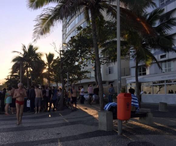 Baby do Brasil, Pedro Baby e Pepeu Gomes, no alto, no show improvisado na Praia do Arpoador; embaixo, o público que se formou ao redor, para assistir aos músicos/ Fotos: Daniel Gorin