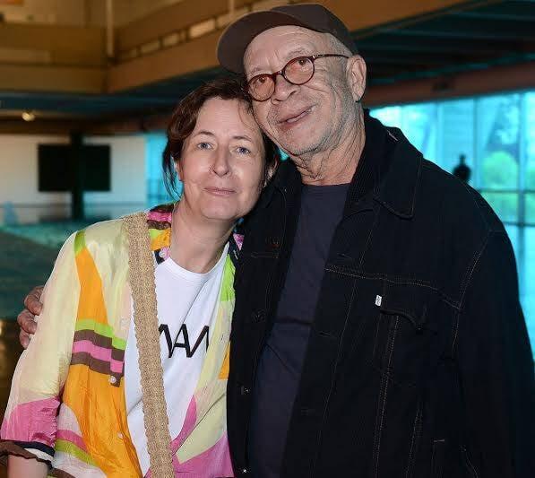 Dominique Gonzalez-Foerster com Diogenes Paixão: a artista francesa doou um trabalho ao dono do Bar do Mineiro - colecionador de arte / Foto: divulgação