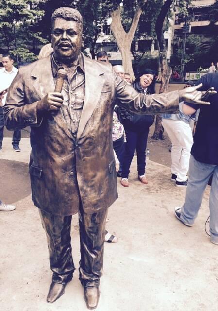 No alto, Carmelo dá um beijo na estátua do pai; acima, a escultura de Tim Maia assinada pela artista Christina Motta/ Fotos: Felipe Panfili