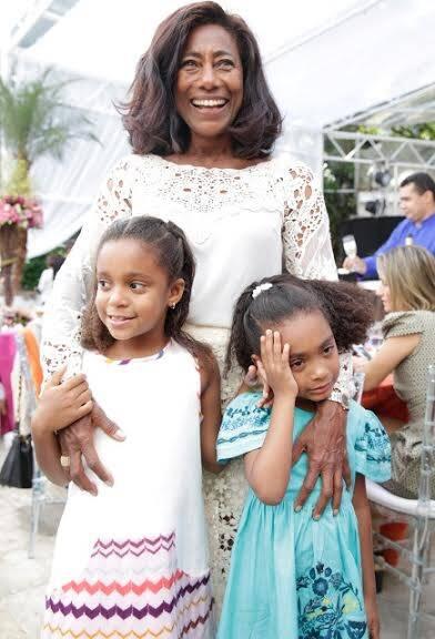 Glória Maria com as filhas Laura e Maria: família está em Saint-Tropez à espera da Babá que impedida de entrar na França / Foto: Miguel Sá