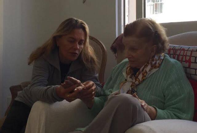 """Maria Zilda e Tônia Carrero:  a atriz em visita à amiga, depois de boatos sobre sua morte: """"Hoje é dia de passar a tarde com minha querida Tônia. Viva a vida!"""" / Foto: reprodução Facebook (com autorização)"""