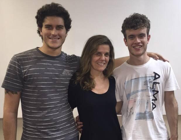 Luisa Thiré com João Thiré, seu irmão e diretor musical da peça, e seu filho Vitor/ Foto: divulgação