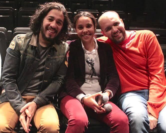 O deputado Jean Wyllys com João Cícero (autor e diretor da peça) e Daniela Paita (produtora) / Foto: Cristina Flores