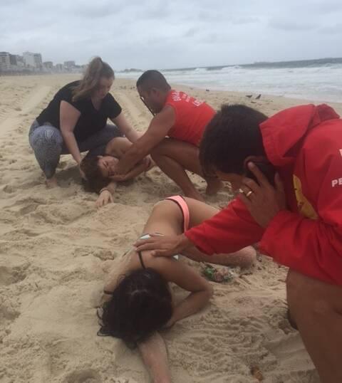 Bombeiros prestam socorro às inglesas que quase se afogaram em Ipanema/ Foto: divulgação