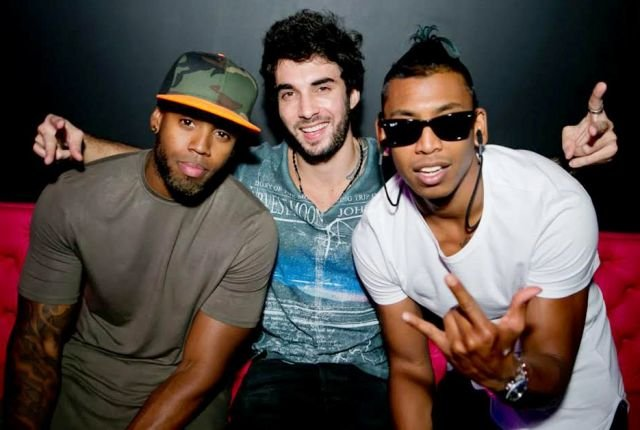 O DJ carioca Johnny Glövez, ao meio, e os holandeses do Glowinthedark/ Foto: divulgação