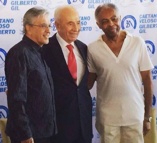 Caetano Veloso, Shimon Peres e Gilberto Gil na entrevista coletiva dos artistas para o show desta terça, em Tel Aviv/ Foto: reprodução do Facebook