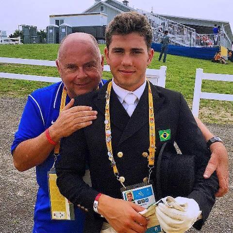 José Victor Oliva e o filho João Victor, medalha de bronze por equipe em adestramento, em Toronto/ Foto: divulgação