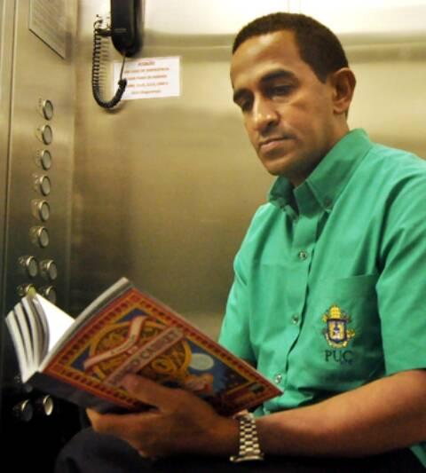 O ascensorista Francisco, em matéria publicada no jornal da PUC, em 2013/ Foto: Renata Spolidoro