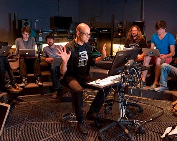 Robert Henke  numa aula de música eletrônica em Berlim: artista vem pela primeira vez à América do Sul/ Foto: divulgação