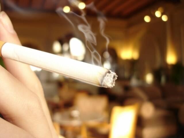 O consumo de cigarros voltou a toda nas casas noturnas/ Foto: reprodução da internet