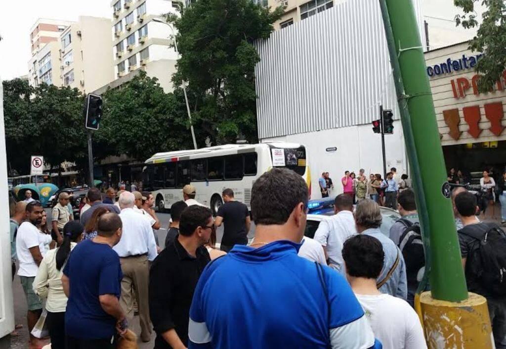 Assalto em Ipanema: olha o número de pessoas que se juntou em volta da mulher / Foto: jornalista, amigo da coluna