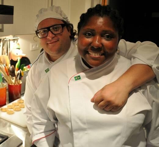 Celinha e Gustavo: casal diz ter muitos clientes brasileiros que frequentam seu restaurante em Paris/ Foto: divulgação