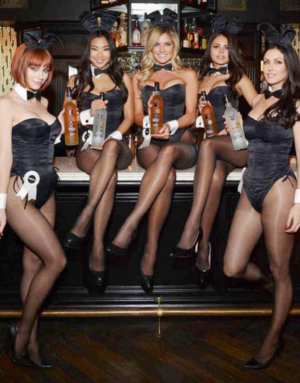 As coelhinhas com as garrafas da cachaça brasileira, na festa de lançamento em Los Angeles/ Foto: divulgação