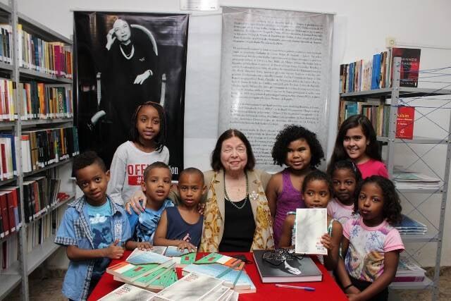 Crianças do Morro da Mineira: a sala de leitura que recebeu o nome da escritora Nélida Piñon é para elas/ Foto: Geraldo Valadares.