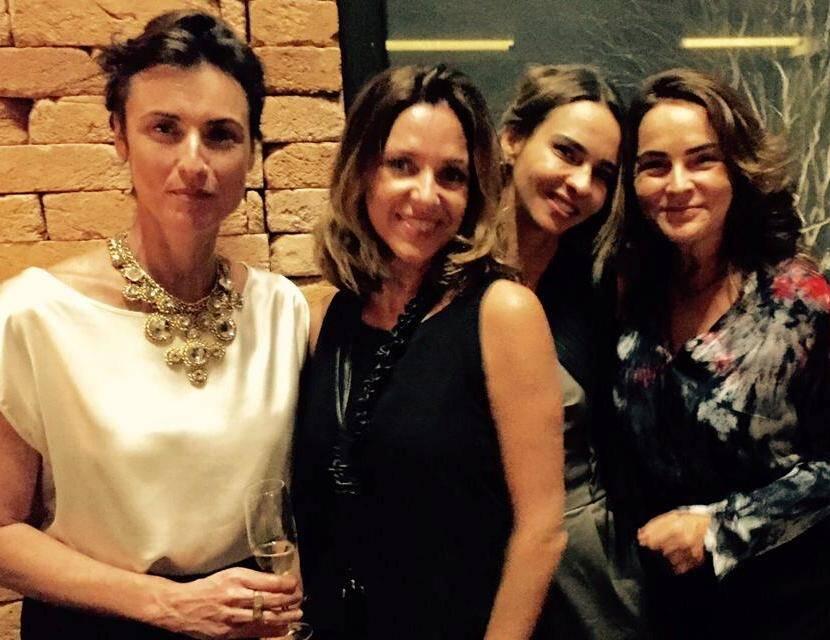 Na foto acima, a bela Lisa Graham com o marido, Bruno Barreto; nesta foto, a aniversariante com Claudia Melli, Zazá Piereck e Van Van Seiler / Fotos de celular
