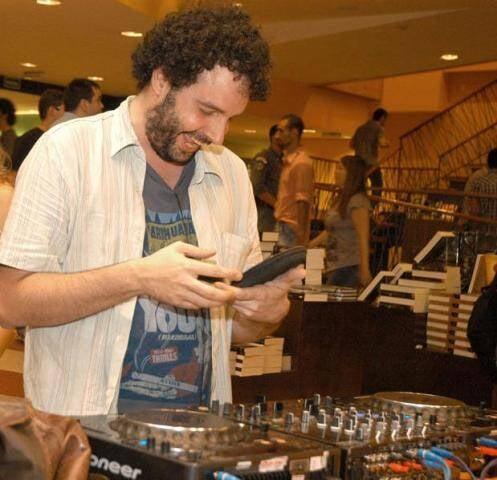 Alexandre Matias, em ação como DJ: a festa Trabalho Sujo é uma das mais descoladas de São Paulo/ Foto: reprodução da internet