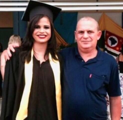 A estudante Daniela Barbosa Batista e seu pai,Maurílio de Andrade Batista,em foto caseira/ Foto: reprodução do Facebook