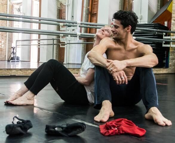 Thiago Soares e Deborah Colker, nos ensaios para o espetáculo em comemoração aos 15 anos de carreira do bailarino/ Foto: divulgação
