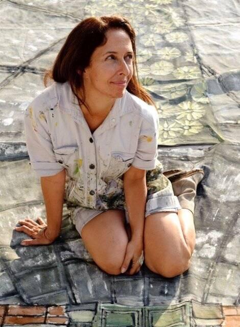 Rita Lessa sobre tecido com suas estampas: ela é um dos nomes do Portas Abertas do Jardim Botânico / Foto: reprodução da internet