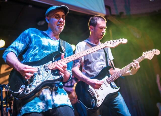 Pedro Baby e Beto Lee no palco: no meio de guitarras desde a infância / Foto: Felipe Prado