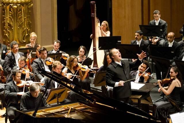 O pianista Arnaldo Cohen e o maestro Minczuk em ensaio para o espetáculo de sábado: 75 anos da OSB/ Foto: divulgação