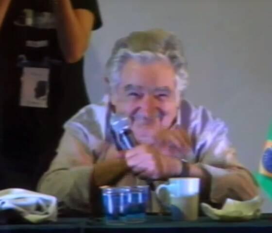 No alto, o pedido de casamento da aluna a José Mujica; acima, sua reação sorridente / Fotos: reprodução da transmissão ao vivo pela www.postv.org