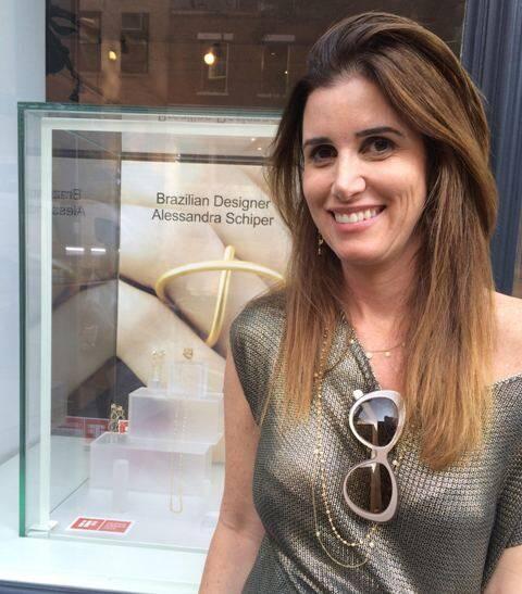 Alessandra em frente à vitrine da galeria nova-iorquina: no close, seu anel premiado, o Órbitas/ Foto: divulgação
