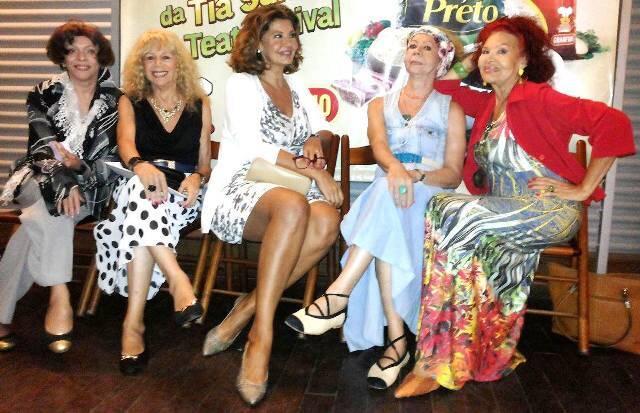 Roberta Close, ao centro, com as amigas Claudia Celeste, Suzi Park, Leslie e Yeda Brown / Foto: Maurício de Almeida