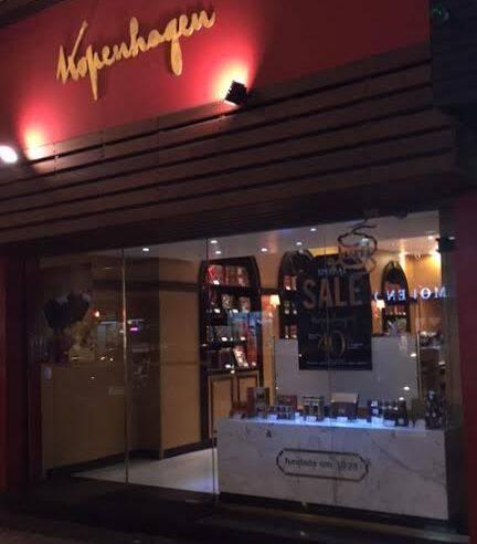Alguém aí já viu liquidação de chocolate? Olha a foto da loja em Copacabana