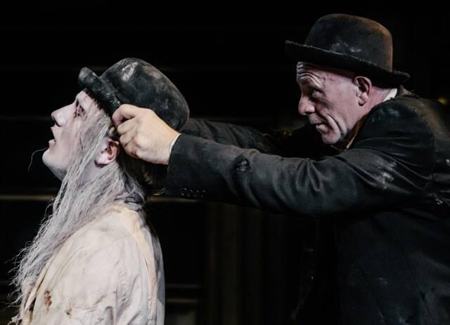 Os atores irlandeses na montagem de Esperando Godot, que vai ser vista no Rio a partir de sexta-feira / Foto: Jim Byrne