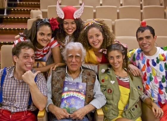 Ziraldo, no centro, com o elenco da peça baseada em seus personagens, em cartaz no Teatro Fashion Mall / Foto: Nil Caniné