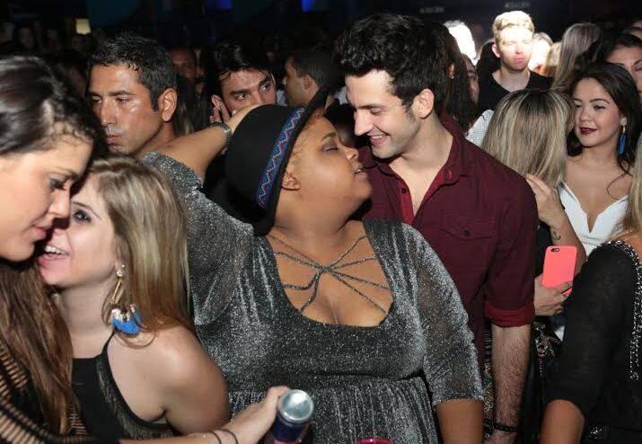 No alto, Danton Mello nesse beijaço; no meio, Ludmilla e Carol; nesta foto, Priscila Marinho e Andre Loddi / Fotos: Reginaldo Costa Teixeira