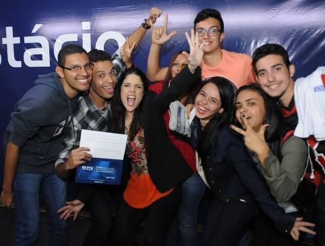 Roberta Medina, vice-presidente do Rock in Rio, Martinho da Vila e  Claudia Romano, no alto; acima, os alunos reunidos com Roberta Medina / Fotos: divulgação