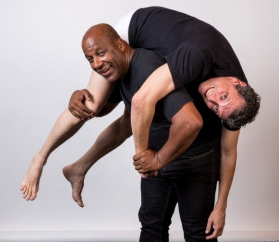 Os atores Ailton Graça e Marcelo Airoldi, em cena na peça / Foto: divulgação