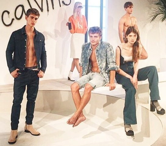 Caian Maroni, no alto, na campanha para a Balmain; acima, no desfile de Calvin Klein em Milão / Fotos: divulgação
