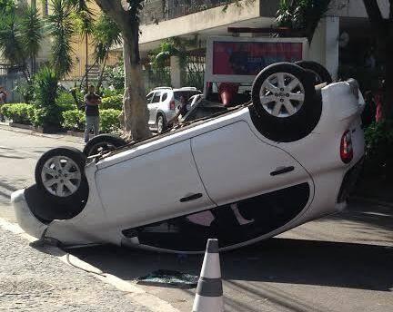 Lopes Quintas: carro capota em frente a um prédio da TV Globo, parando a rua, na tarde desta sexta-feira (16/10) / Foto: Noélia Chermont de Britto
