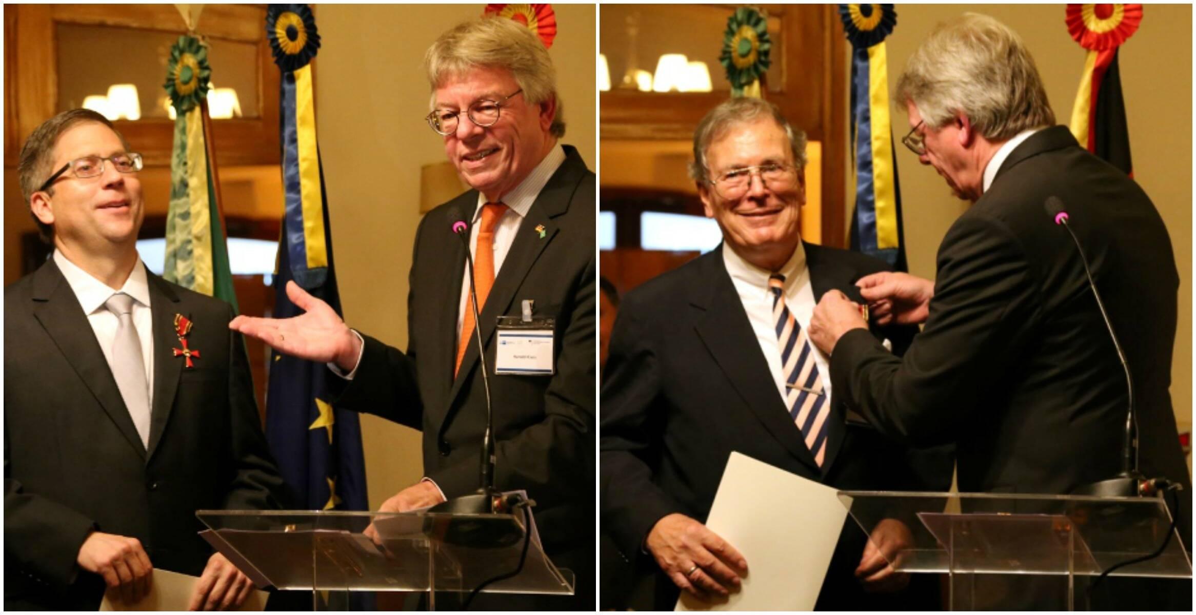 O cônsul Harald entrega a  Cruz de Cavalheiro da Ordem do Mérito a Gabriel Leonardos, à esquerda: ao lado, com o outro homenageado, Rolf Michael Bohnhof / Fotos: divulgação