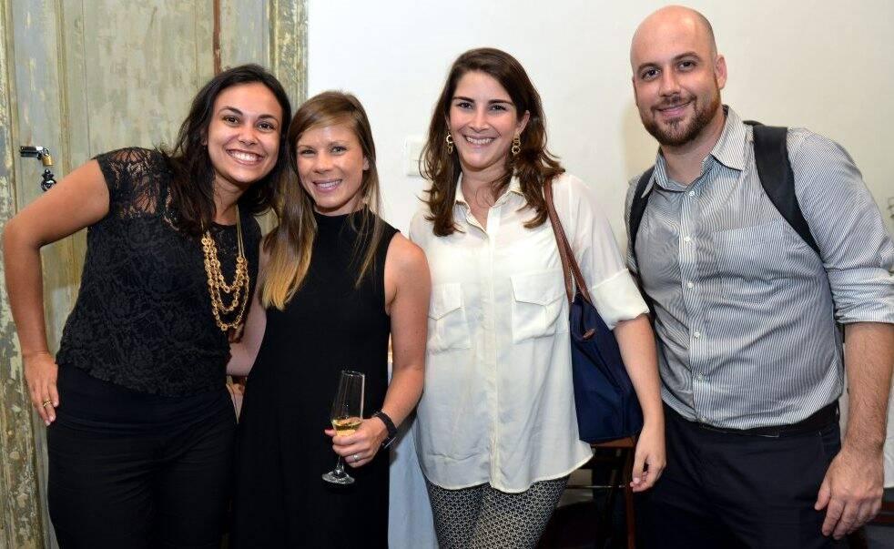 Acima, ***; ao lado, ***; e, nesta foto, Lívia Wegenast, Stephanie Lake, Gabriela Davies e Marcelo Tavela / Fotos: Cristina Granato