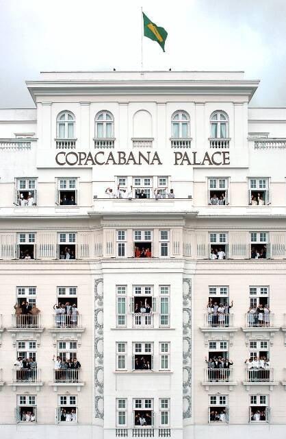 Parte dos 650 funcionários do Copacabana Palace nas janelas do hotel / Foto: Sergio Pagano