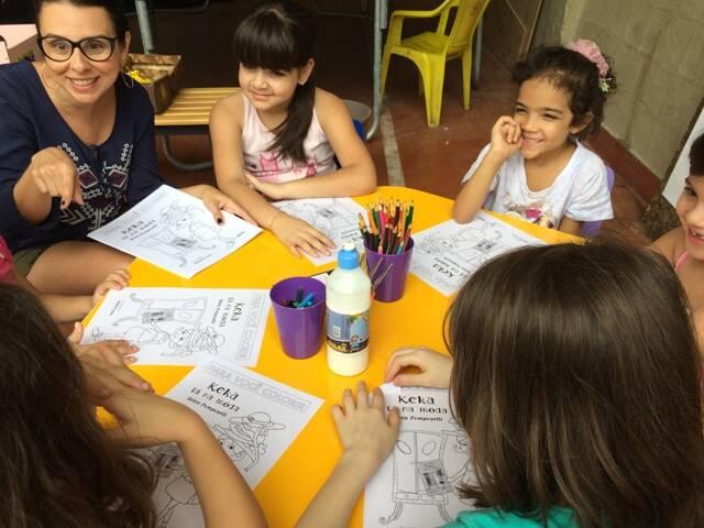 Helen Pomposelli em uma de suas oficinas feitas no Rio: as crianças adoram / Foto: divulgação