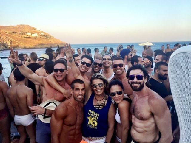 Rosane Amaral, no centro, na festa em Mykonos: a produtora trouxe da Grécia o DJ que vai tocar no Maracanã