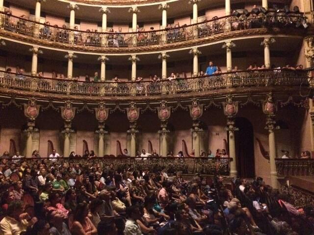 O pianista João Carlos Assis Brasil, no alto; acima, o Teatro Amazonas repleto / Fotos: Glauker Bernardes