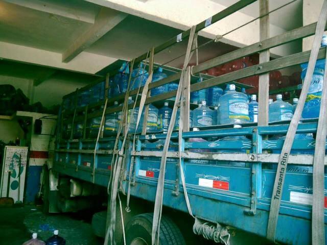 O caminhão pronto para partir com os galões e garrafas de água mineral com destino à aldeia krenak próxima da cidade de Resplendor, em Minas / Foto: reprodução do Facebook