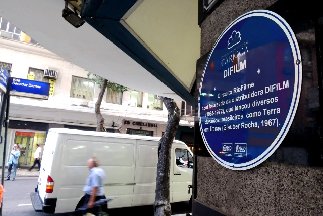 Placa sinalizando o local onde funcionou a empresa Difilm, na Senador Dantas:  história do cinema brasileiro / Foto: divulgação