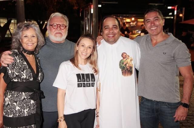 Gisela e Ricardo Amaral, a nora Alessandra Amaral, o pe Omar Raposo e o empresário Marcelo Maia