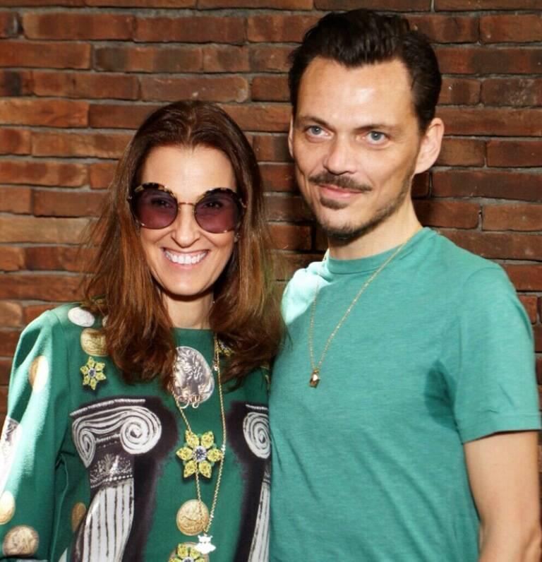 O estilista Mattew Willianson com a colunista de moda do site Bebel Schmidt / Foto: divulgação