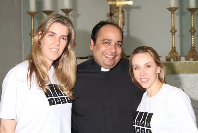 No alto, as voluntárias do Ação José Bazar; acima, Renata Monteiro de Carvalho, padre Omar Raposo e Alessandra Amaral / Foto: divulgação