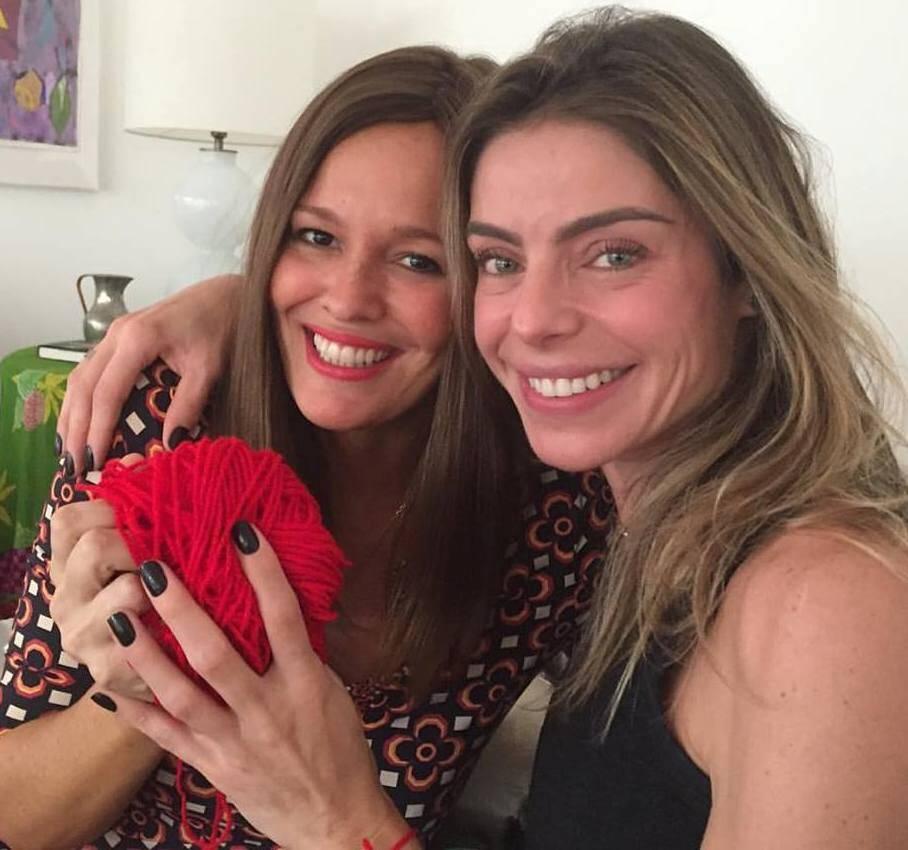 Rivka Lemle e Daniella Cicarelli: a apresentadora foi à casa da amiga colocar a fita vermelha de proteção