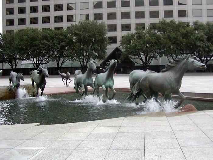 """As três primeiras colocadas, segundo o site Artsinterface.org: """"Três Pescadores"""", em Búzios, no alto; do poeta Mihai Eminescu, feita por Onesti e localizada na Romênia; e, acima, """"Cavalos Correndo"""", de Robert Glen, no Texas, EUA / Fotos: divulgação"""